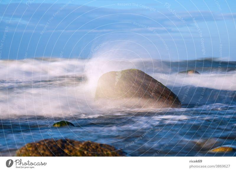 Steine an der Ostseeküste bei Warnemünde an einem stürmischen Tag Küste Meer Felsen Rostock Findlinge Himmel Wolken blau Mecklenburg-Vorpommern Landschaft Natur