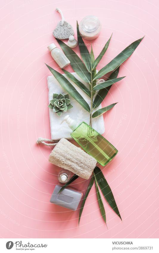 Umweltfreundliche Schönheit mit grünen Bambusblättern. Hautpflege-Badezimmer-Accessoires, natürliche Sisalbürste, Holzkamm, Seife, wiederverwendbare Abschminkpads. Null Abfall. Ansicht von oben. Natürliche und pastellfarbene