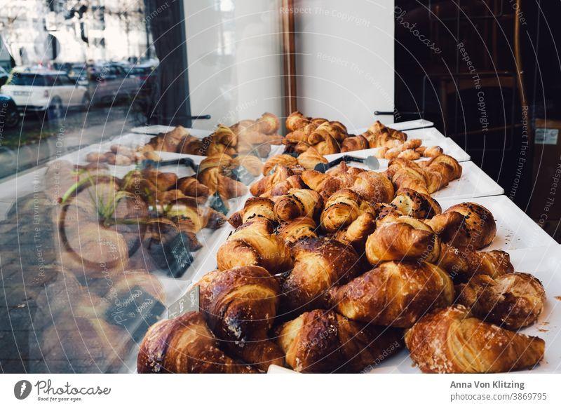 Croissants im Schaufenster Spiegelung Fahrrad autos Scheibe auslage Französisch Café Italienisch Blätterteig knusprig Gebäck lecker süß Lebensmittel Bäckerei
