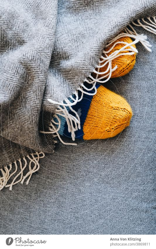 Wollsocken Wolle stricken Decke warm Winter kuschelig grau gestreift gelb gestrickt fuesse Wärme weich Handarbeit Farbfoto Innenaufnahme Strickmuster wollig