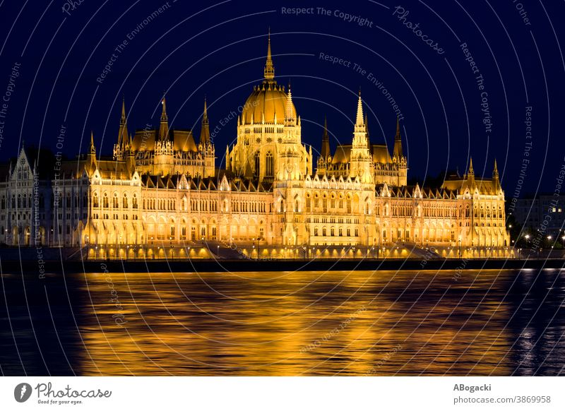 Ungarisches Parlamentsgebäude in Budapest bei Nacht Gebäude Ungarn Donau Fluss Wahrzeichen Denkmal beleuchtet Illumination Lichter Reflexion & Spiegelung Wasser
