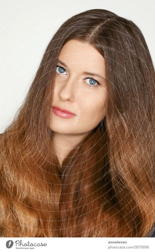 Haarpflege- und Schönheitsporträt, schöne Model-Frau mit langem braunem gesundem Haar, Naturfrisur 30s Marke brünett Kampagne Pflege Kaukasier Clip Clips Farbe