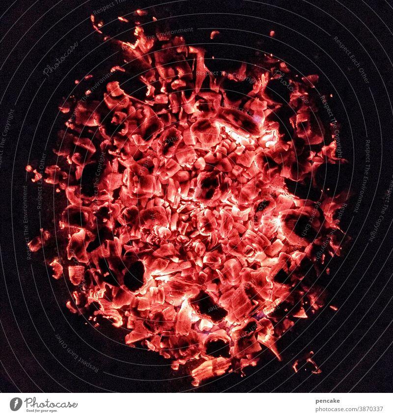 finger weg! Hitze Glut heiß Feuer rot Feuerstelle Wärme Holz glühen orange Flamme brennen Nacht Licht gefährlich Kohle Holzkohle Brand Grill