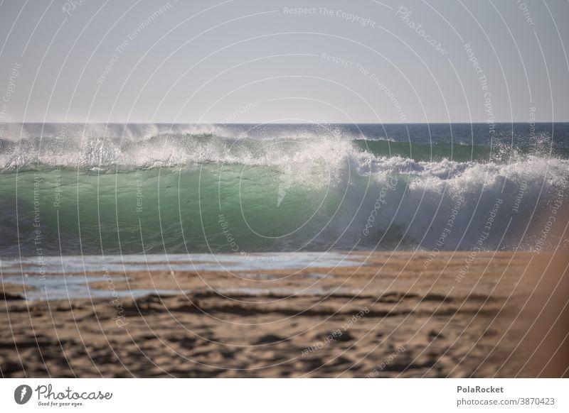 #A0# Windiger Sommertag am Strand mit Blick auf Brandungswellen Meer Meerwasser Meeresufer Wellen Wellengang Wellenform Wellenschlag Küste unruhig aufgewühlt