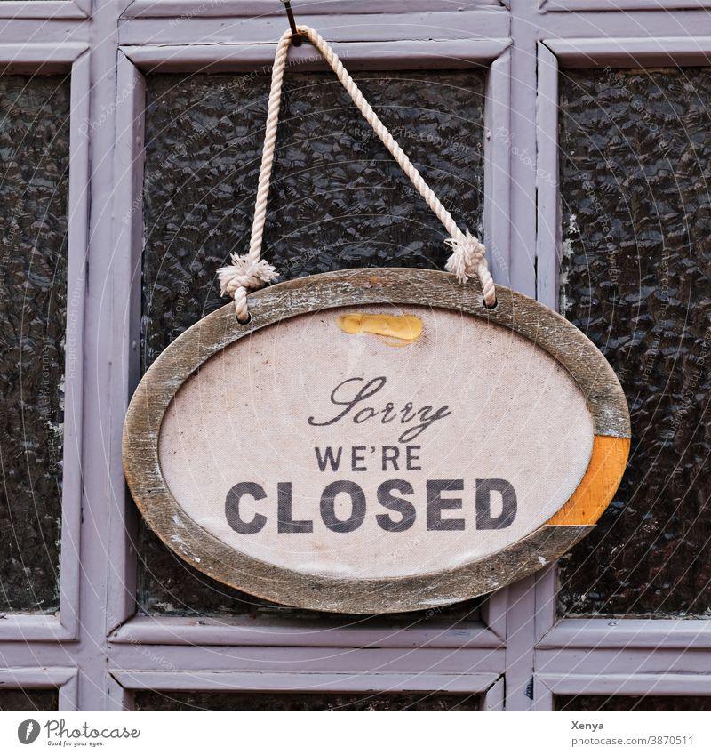 Sorry we are closed - Geschlossen Schild Closed Tür Eingang alt Holz Eingangstür Holztür Außenaufnahme Menschenleer Strukturen & Formen Farbfoto
