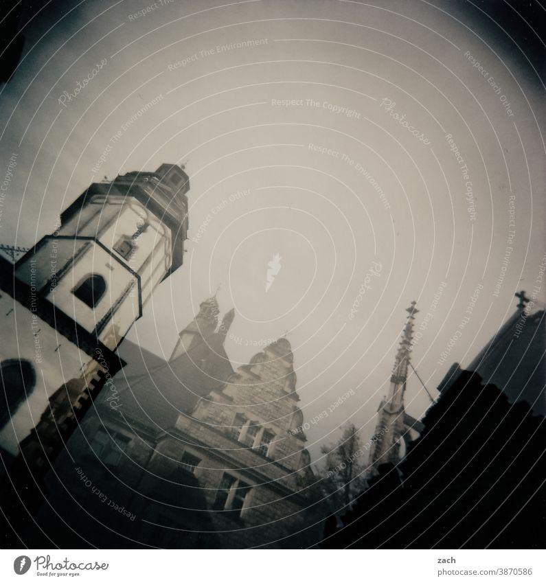 1300 | grau ist alle Illusion Altstadt Ort Stadt Kirche Holga analog Dia Lomografie Scan Turm Doppelbelichtung Haus Architektur