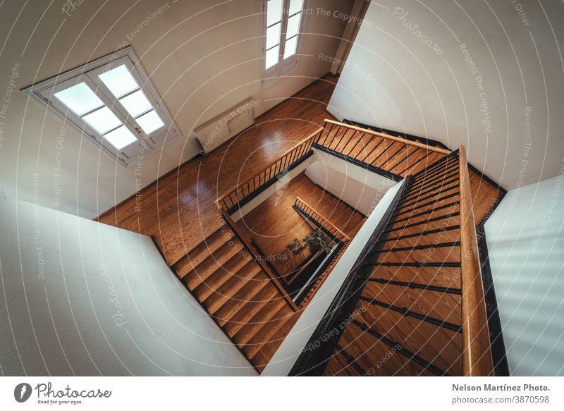 Quadratische Treppenperspektive, abstrakte Architektur. Gebäude Holz Innenbereich Lifestyle Design klassisch Konzept erbaut geometrisch Schritt Struktur