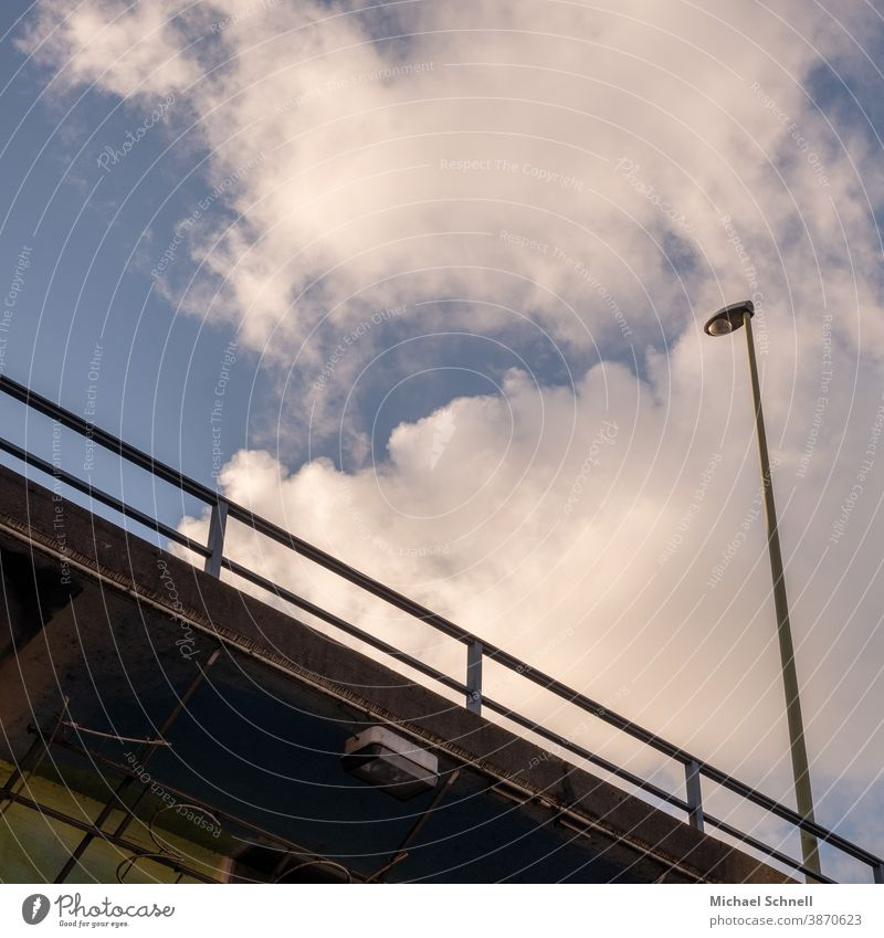 Laterne auf einer Brücke Laternen Himmel Straßenbeleuchtung Licht blau Verkehrswege Beleuchtung Wege & Pfade Farbfoto Straßenverkehr