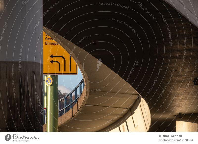 Unter einer Brücke Architektur Richtung Wege & Pfade Straßenverkehr Verkehrswege Außenaufnahme Menschenleer Stadt Bauwerk Textfreiraum oben Brückenkonstruktion