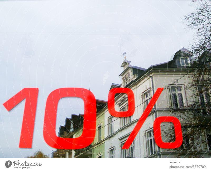 10% auf Immobilien Immobilienmarkt Reflexion & Spiegelung Himmel Prozentzeichen Schriftzeichen teuerung Preis Wohnungssuche wohnungsmarkt Haus Gebäude
