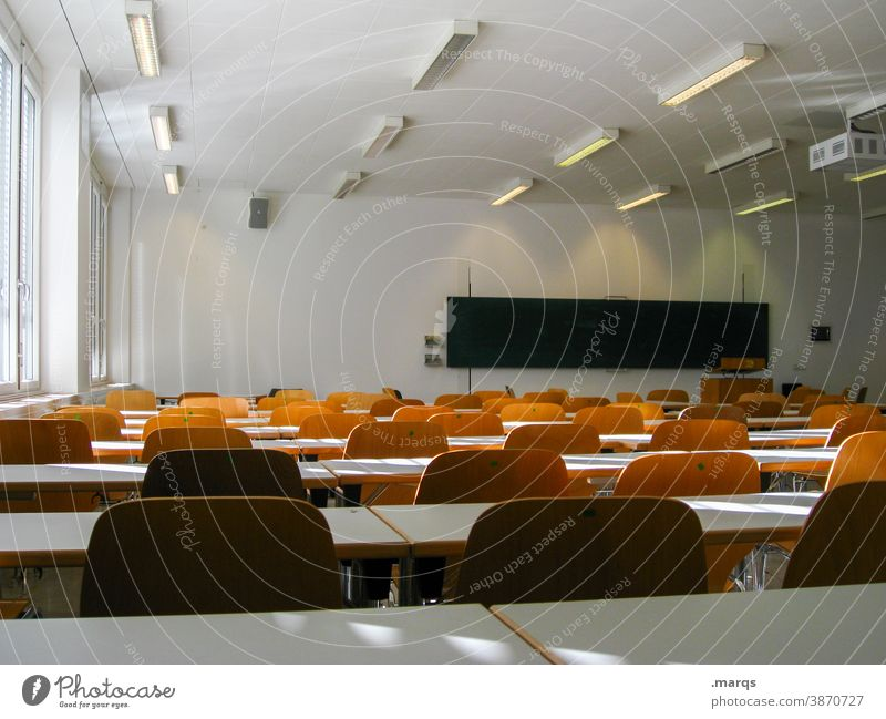 Leeres Klassenzimmer Schule Klassenraum klassenzimmer stühle Tafel Bildung Schulunterricht leer lernen studieren Studium Universität Lehre Licht Schatten