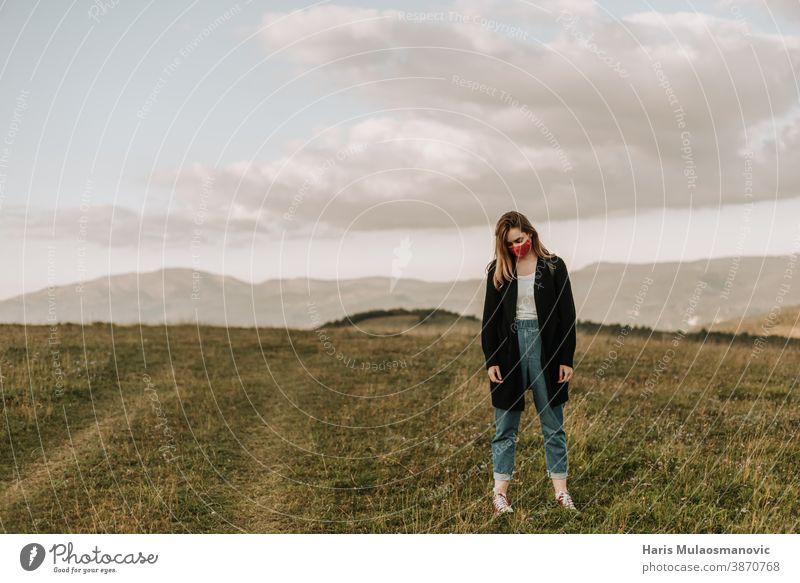 Frau mit Maske im Freien in der Natur traurig und deprimiert Abenteuer attraktiv Rucksack Schlechte Laune schön wunderschöne Landschaften schöne Frau Schönheit