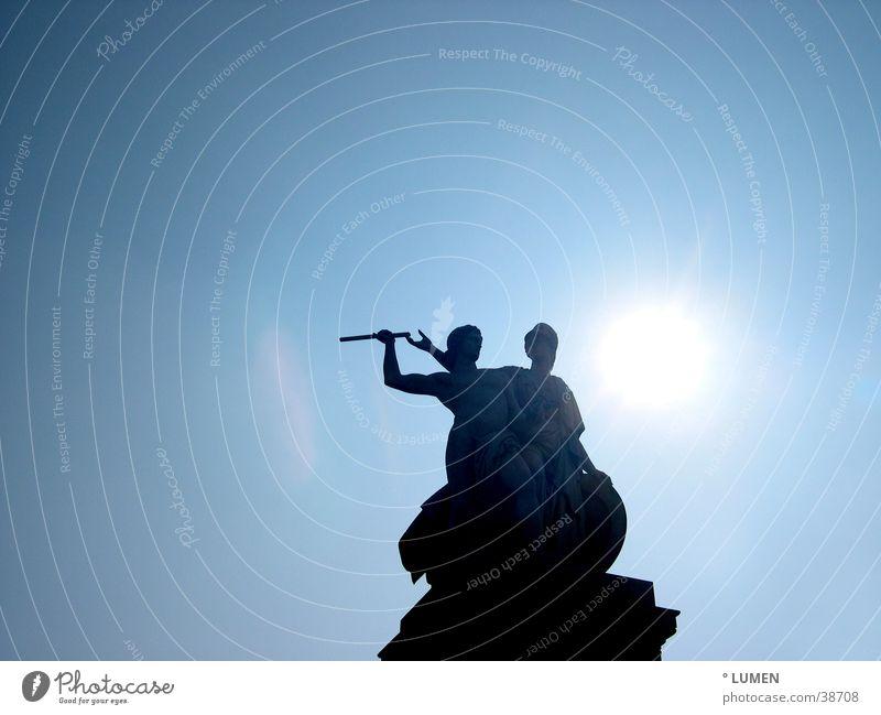 Die Zwei Himmel blau Sonne Berlin oben Paar 2 paarweise unten Statue Skulptur Stab Anschnitt Sockel