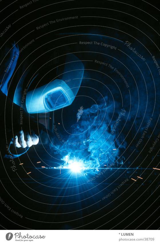 Metallarbeiter Mensch blau dunkel kalt Arbeit & Erwerbstätigkeit Metall Industrie Maske Rauch Handwerk blenden Arbeiter Anschnitt grell Präzision Schweißen