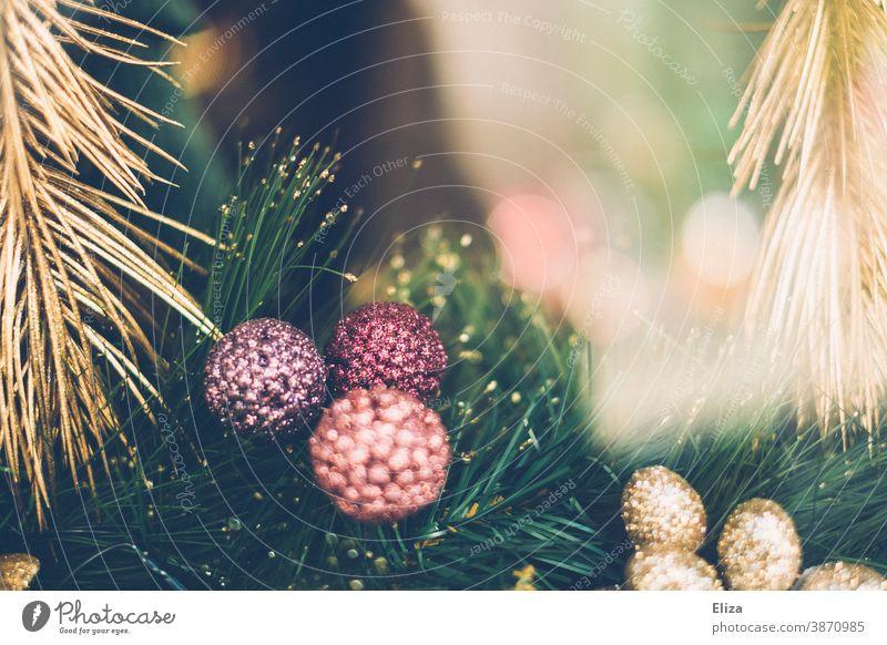 Glitzernde goldene und pastellfarbene Weihnachtsdekoration Christbaumkugeln Tannenzweige glitzernd Pastellfarben pink lila hübsch Weihnachten