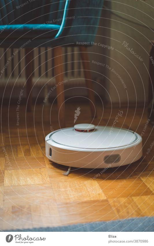 Ein Staubsaugerroboter saugt fleißig und selbstständig die Wohnung und erleichtert die Erledigung des Haushalts Roboter staubsaugen Smart Home
