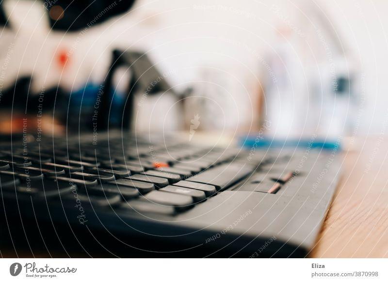 Nahaufnahme einer Computer-Tastatur an einem Arbeitsplatz im Büro Home Office schwarz Schreibtisch Technik & Technologie