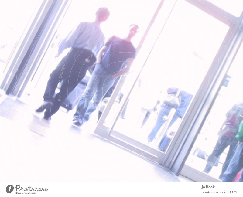 In & Out Mann gehen Ausgang Eingang eintreten Menschengruppe walking
