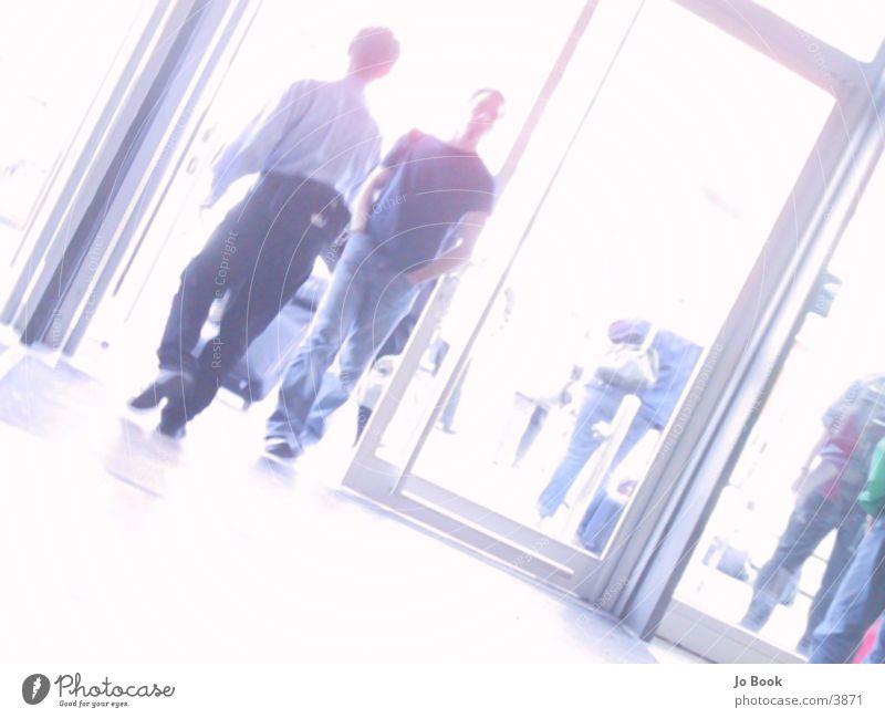 In & Out Mann Menschengruppe gehen Eingang Ausgang eintreten