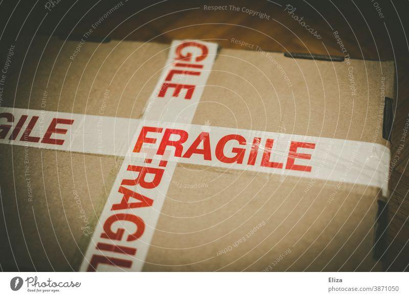 Ein Paket mit der Aufschrift Fragile - zerbrechlich. Zerbrechlich Post vorsicht Verpackung Versand Warnung kostbar fragil Online shopping Versandhandel