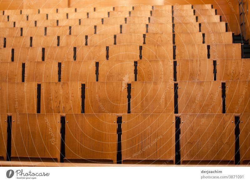 Ein leerer Hörsaal, ganz viele Stühle aus Holz hörsaal Farbfoto Bildung Studium Menschenleer Erwachsenenbildung Innenaufnahme Student lernen Prüfung & Examen