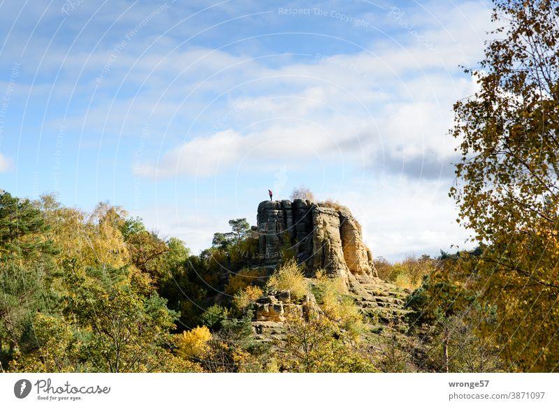 Männliche Person steht auf dem Klusfelsen und schaut nach unten herunter Klusberge Berge u. Gebirge männliche Person Tourist Landschaft Abenteuer Ausflug Herbst
