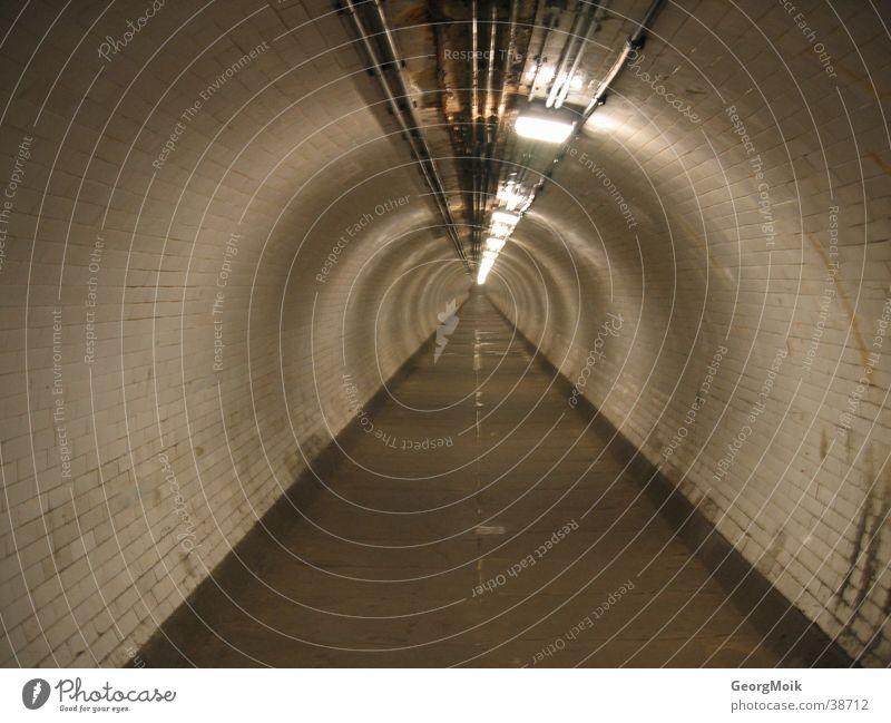Der Weg ins Ungewisse braun rund lang Tunnel Bürgersteig Eisenrohr Themse