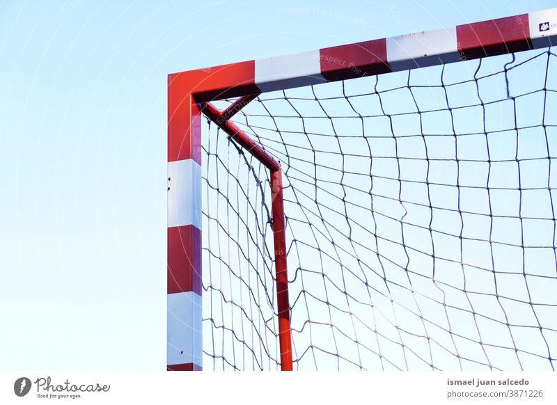 Sportgeräte für Straßenfußball-Tore Fußballtor Seil Netz Feld Fußballfeld Gerät spielen Spielen Verlassen alt Park Spielplatz im Freien gebrochen Hintergrund