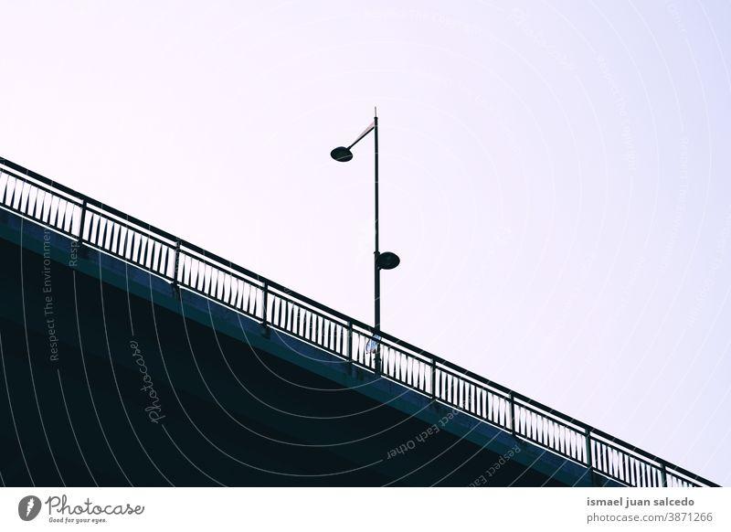 Brückenarchitektur in der Stadt Bilbao, Spanien Schatten Silhouette Architektur Weg Straße Großstadt Park Himmel im Freien Zaun Struktur Design Konstruktion