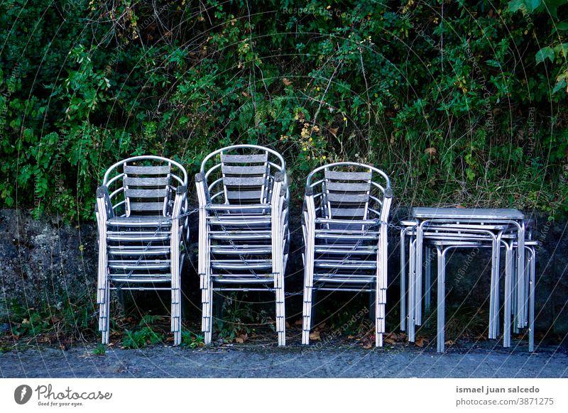 Metallstühle auf der Straße Stühle Stuhl metallisch Straßenfotografie Sitzgelegenheit leer Stuhlreihe Bestuhlung Platz sitzen Farbfoto Möbel Tische