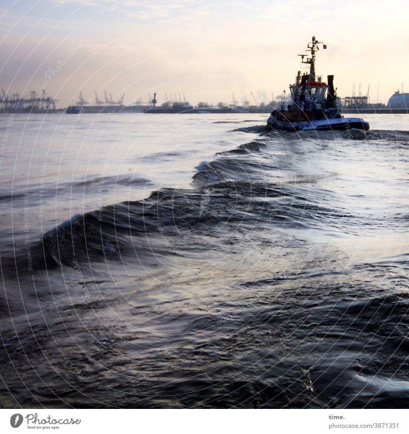 Wellenbad schiff wasser elbe welle horizont hamburg hafen himmel nass stimmung abendlicht boot maritim hafenwirtschaft kran logistik