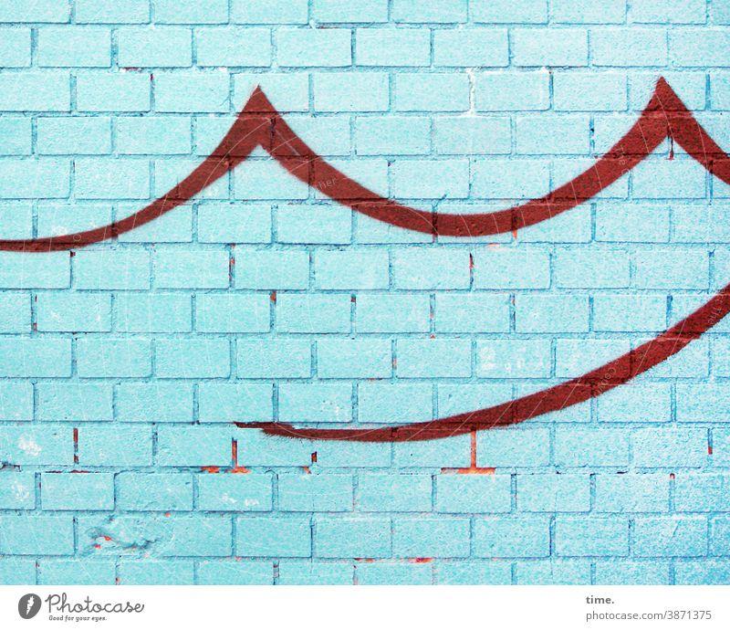 Kunst am Bau   Welle machen mauer wand backstein türkis blau wellenform rot zeichnung grafitti farbe stilisiert trashig spitzen schwung schwungvoll rätsel