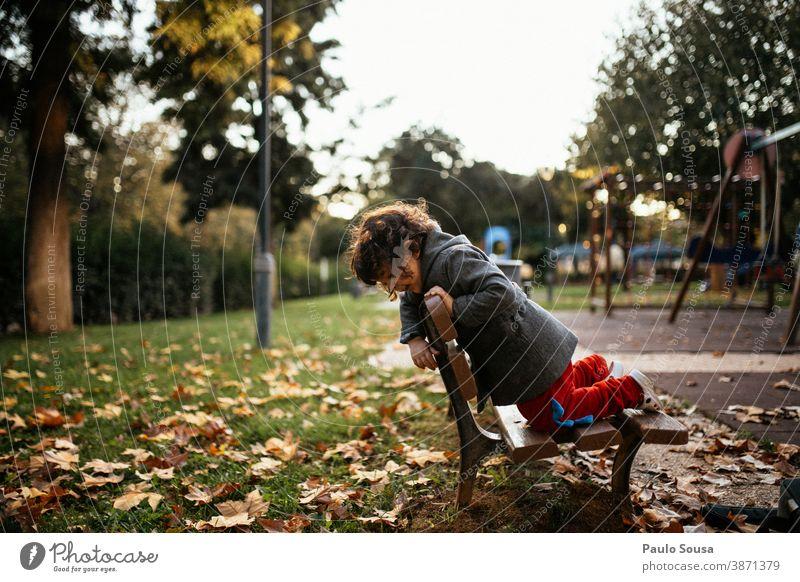 Kind spielt im Park Herbst authentisch Herbstlaub herbstlich fallen Mädchen Natur Herbstfärbung Außenaufnahme Blatt Farbfoto Herbstwetter Umwelt Blätter Tag