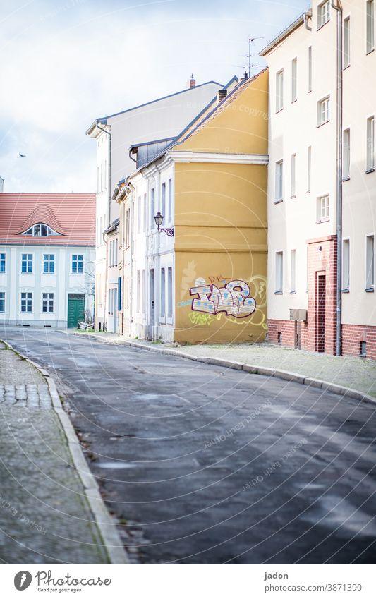 empty streets (32). Straße Häuserzeile Außenaufnahme Gebäude Menschenleer Fassade Fenster Haus Architektur Stadt Tag Wand Farbfoto Häusliches Leben Graffiti