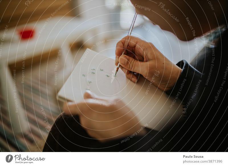 Nahaufnahme einer Frau, die Aquarell malt Wasserfarbe Gemälde zeichnen Skizze zu Hause Kunst Kreativität Anstreicher Künstler mehrfarbig Freizeit & Hobby