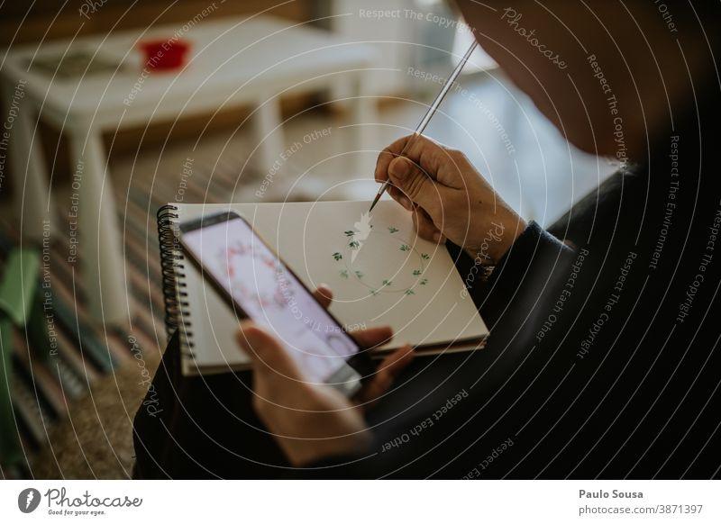 Frau zeichnet und lernt mit dem Smartphone zeichnen Zeichnung Fähigkeit Gemälde Skizze Kunst lernen Lernen Technik & Technologie Freizeit & Hobby Anstreicher
