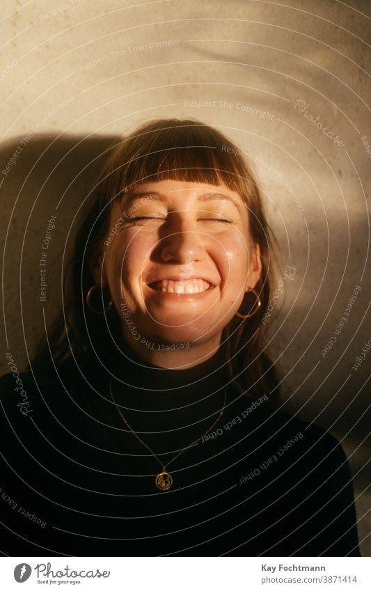 Porträt einer lachenden jungen Frau Erwachsener lebend schön Schönheit braune Haare brünett Kaukasier niedlich Emotion feminin Frische Mädchen traumhaft