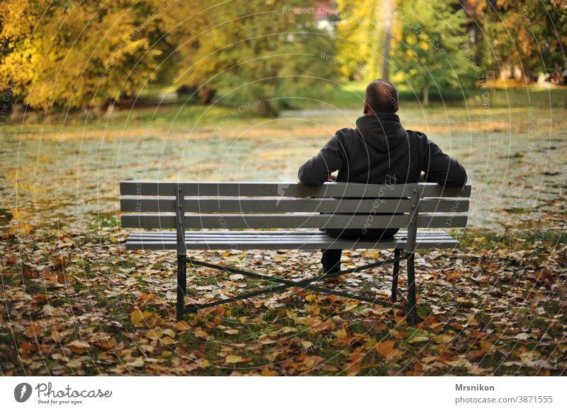 Erholung allein draußen park einsam ruhe genießen herbst see blätter herbstlaub Natur Park Einsamkeit Ruhe herbstlich Wald Herbst Herbstfärbung mann Bank
