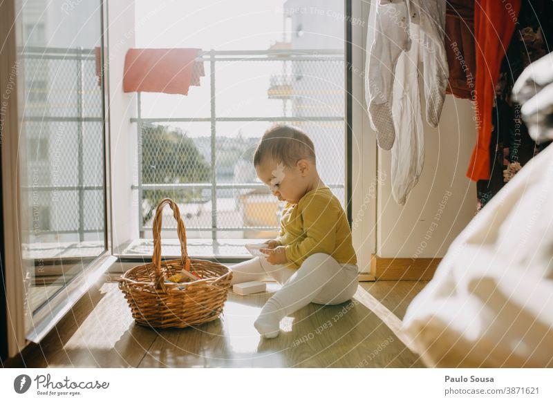 Kleinkind spielt zu Hause Kind Kindheit 0-12 Monate Farbfoto Baby niedlich klein Familie & Verwandtschaft Innenaufnahme Mensch Tag Kaukasier Fröhlichkeit Blick