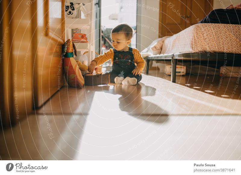 Kleinkind spielt zu Hause im Innenbereich authentisch niedlich zu Hause bleiben Kindheit wenig heimwärts Innenaufnahme Licht Junge Familie & Verwandtschaft