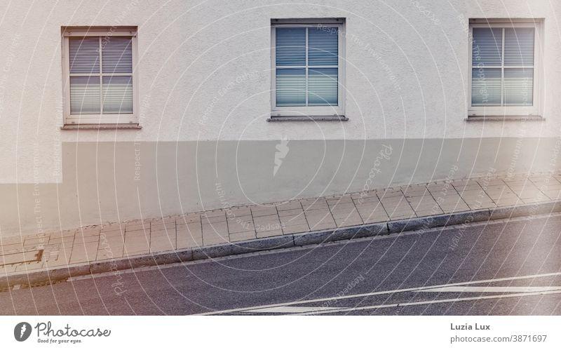 Drei Fenster im Licht, aufwärts an einer steilen Straße Straßenmarkierung drei Rollläden Stadt Bürgersteig Außenaufnahme Fassade Menschenleer Mauer