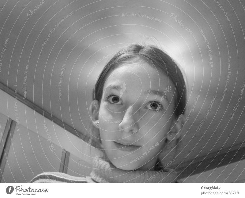 Die Erleuchtung Mädchen Licht Kind Heiligenschein Religion & Glaube schön ruhig Küche Innenaufnahme Lampe grinsen Zufriedenheit besinnlich Frau Lichterscheinung