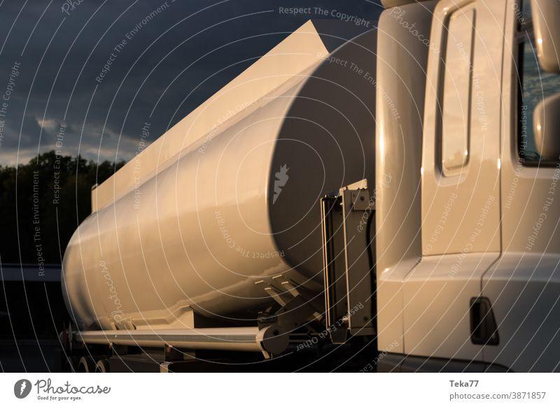 ein einfacher Öl- und Gaslastwagen am Abend im Freien Gaswagen Öllaster Cerosin-Lastwagen moderner Tankwagen Tanklaster Tankstelle Tankstellen benzin Brennstoff