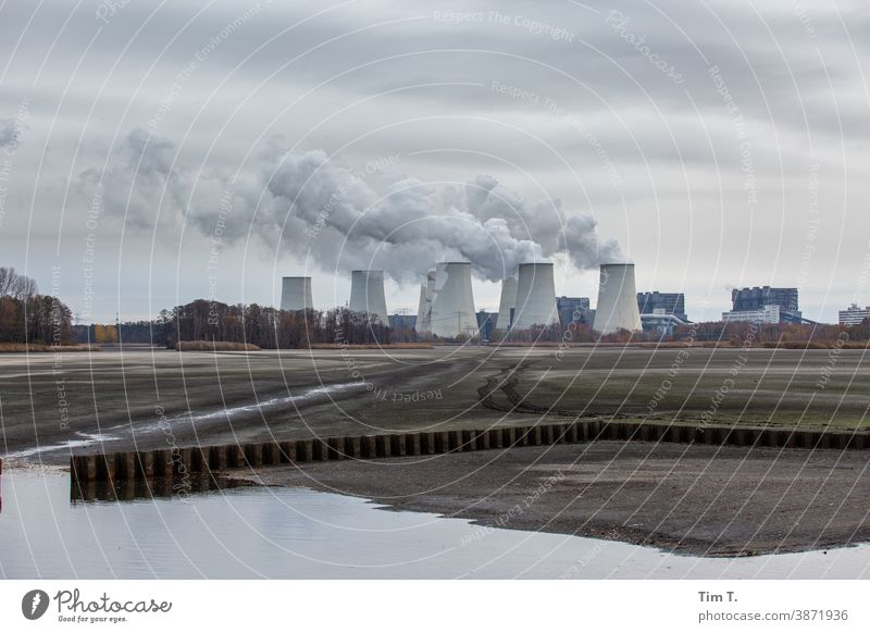das Kraftwerk Jänschwalde bei diesigen Wetter Industrie climate Klima Umweltschutz Lausitz Brandenburg Energiewirtschaft Farbfoto Klimawandel Außenaufnahme