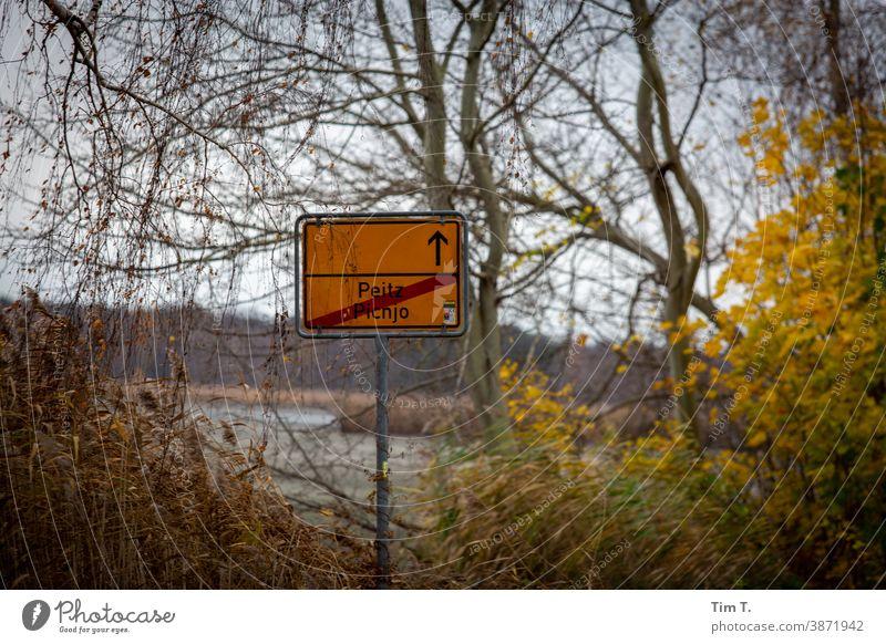 Ortsausgangsschild Peitz im Herbst Lausitz Brandenburg Schilder & Markierungen Ortsschild Menschenleer Außenaufnahme Farbfoto Tag Straße Verkehrswege
