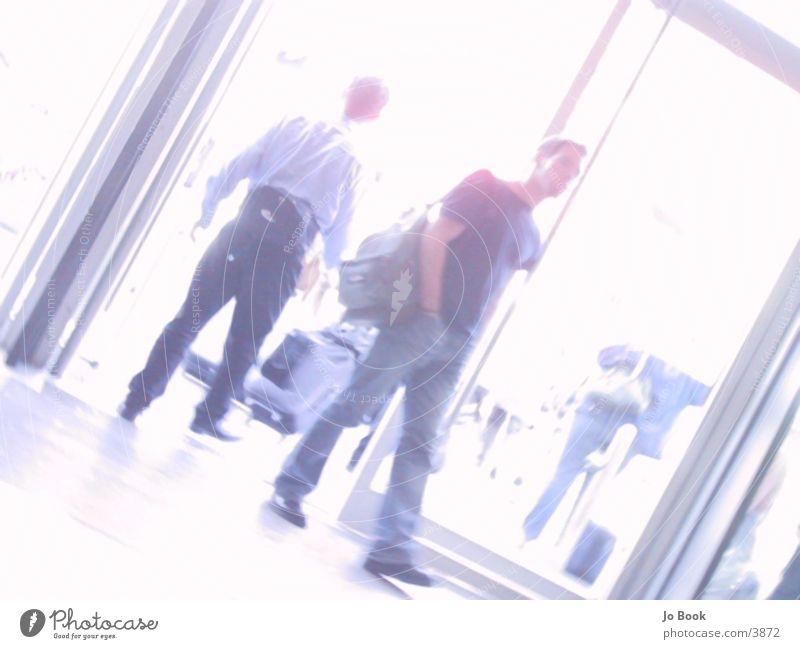 In & Out II Mann Menschengruppe gehen Eingang Ausgang eintreten