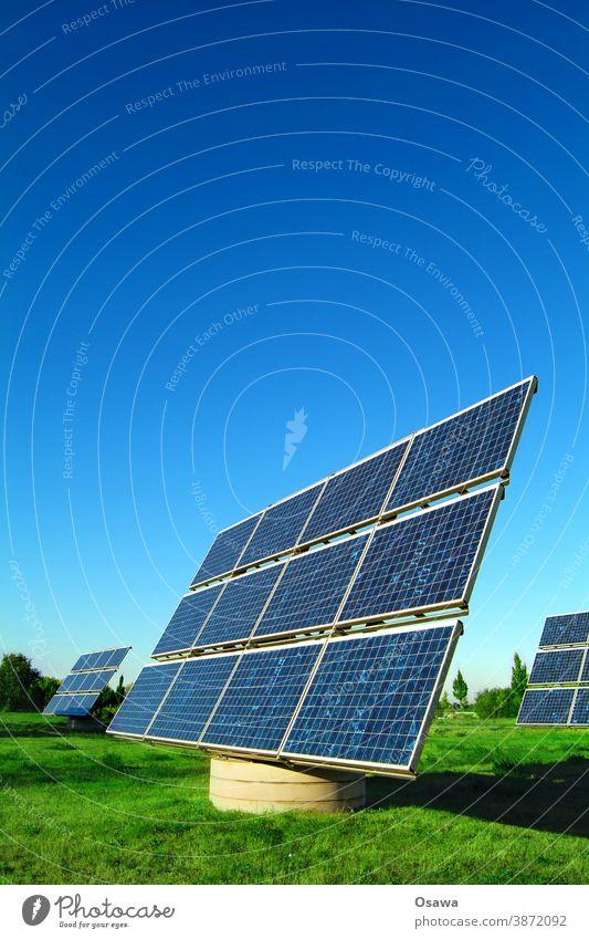 Kraftwerk auf grüner Wiese vor blauem Himmel Natur Landschaft Energiewende Energiekrise Klima Klimawandel Schönes Wetter nachhaltig Farbfoto Menschenleer