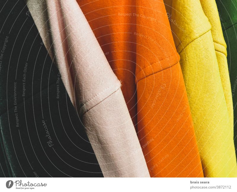 Mehrfarbige Sweatshirts auf der Garderobe Mode Farben Kleidung Sauberkeit Wäscherei mehrfarbiger Hintergrund Kaufhaus Werkstatt heimwärts Eleganz Rippeln