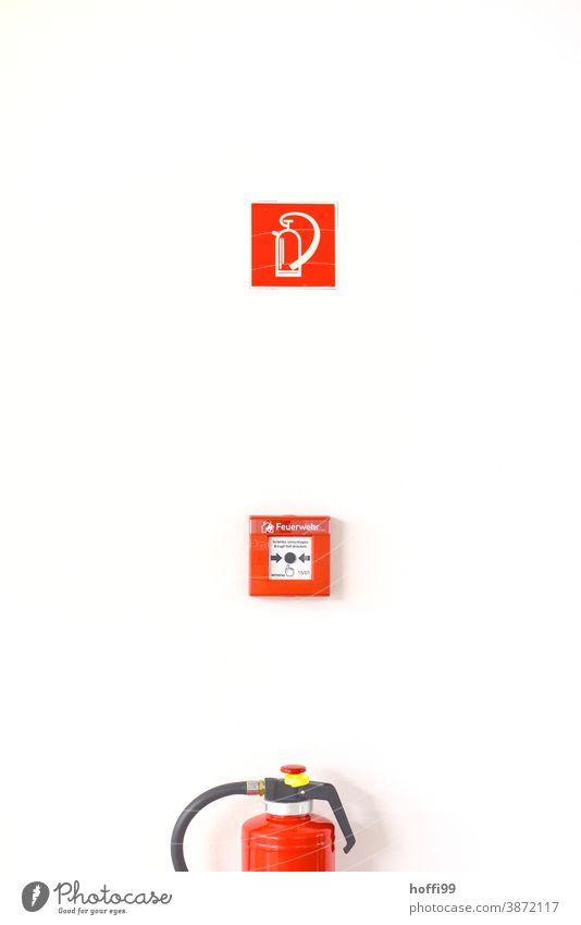 Feuerlöscher, Feuermelder und Hinweisschild Brandsicherheit Warnschild rot Feuerwehr Sicherheit löschen Alarm retten Brandschutz bedrohlich gefährlich Schutz