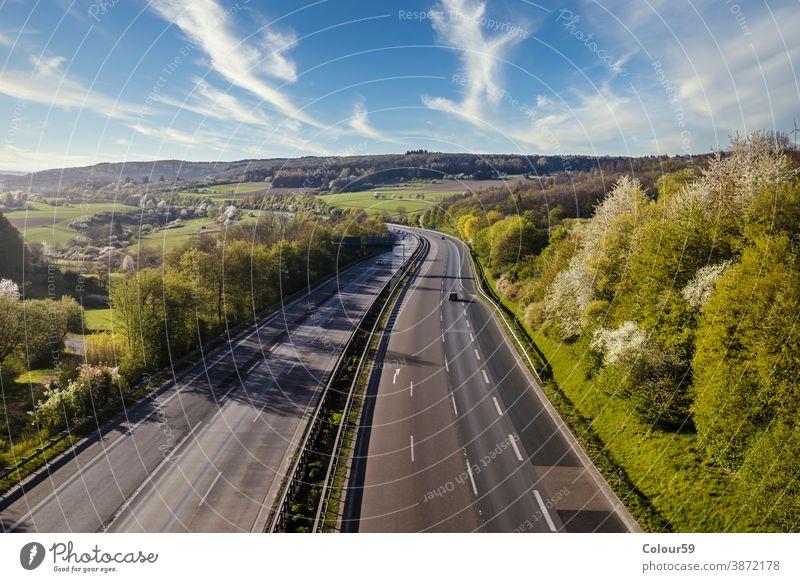 Autobahn-Landschaft Deutschland reisen Geschwindigkeit Fahrzeug PKW Straße Verkehr Bewegung Asphalt Laufwerk Himmel Fernstraße Transport Europa blau Lastwagen